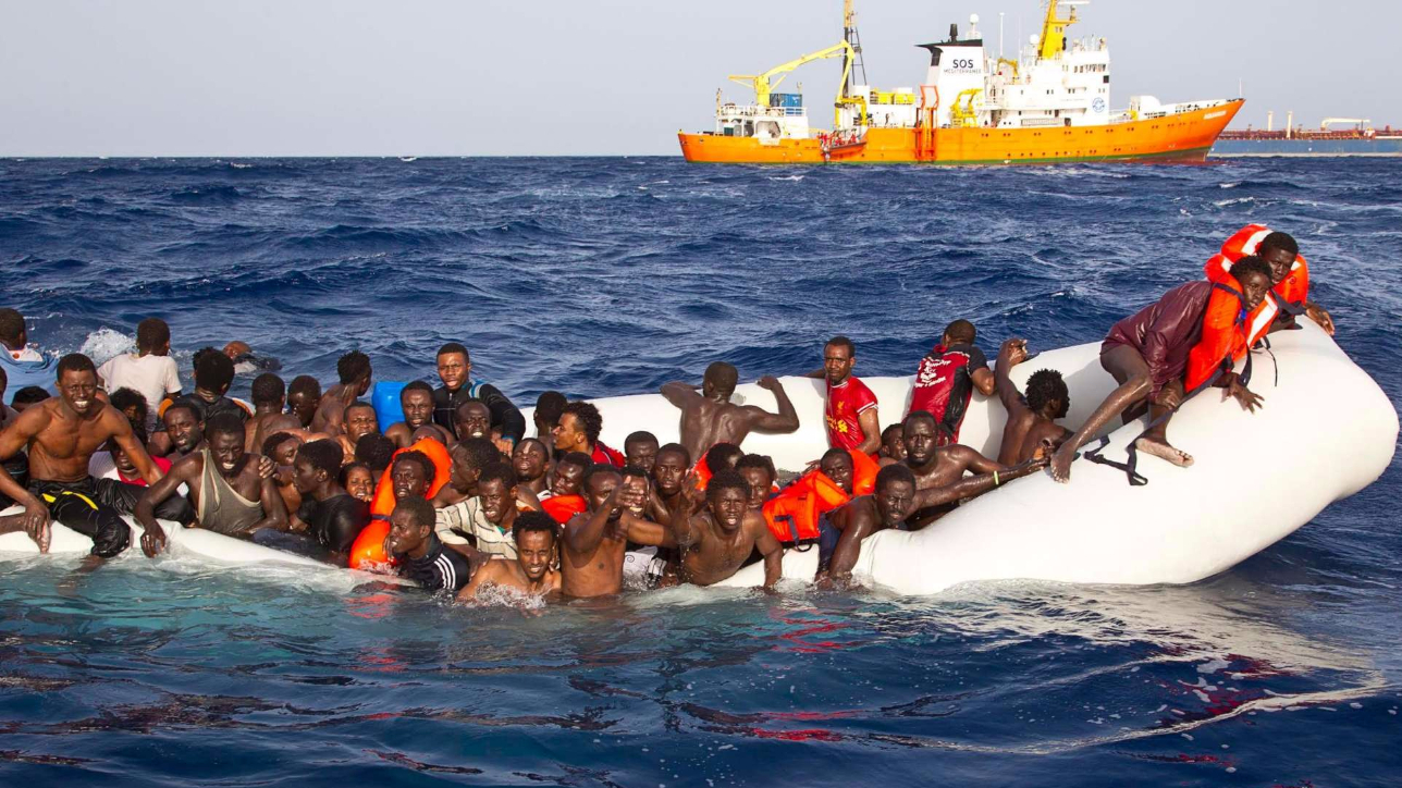 """Migranti, quattro barconi affondano nel Mediterraneo: """"Oltre 400 dispersi, volevano raggiungere l'Europa"""""""